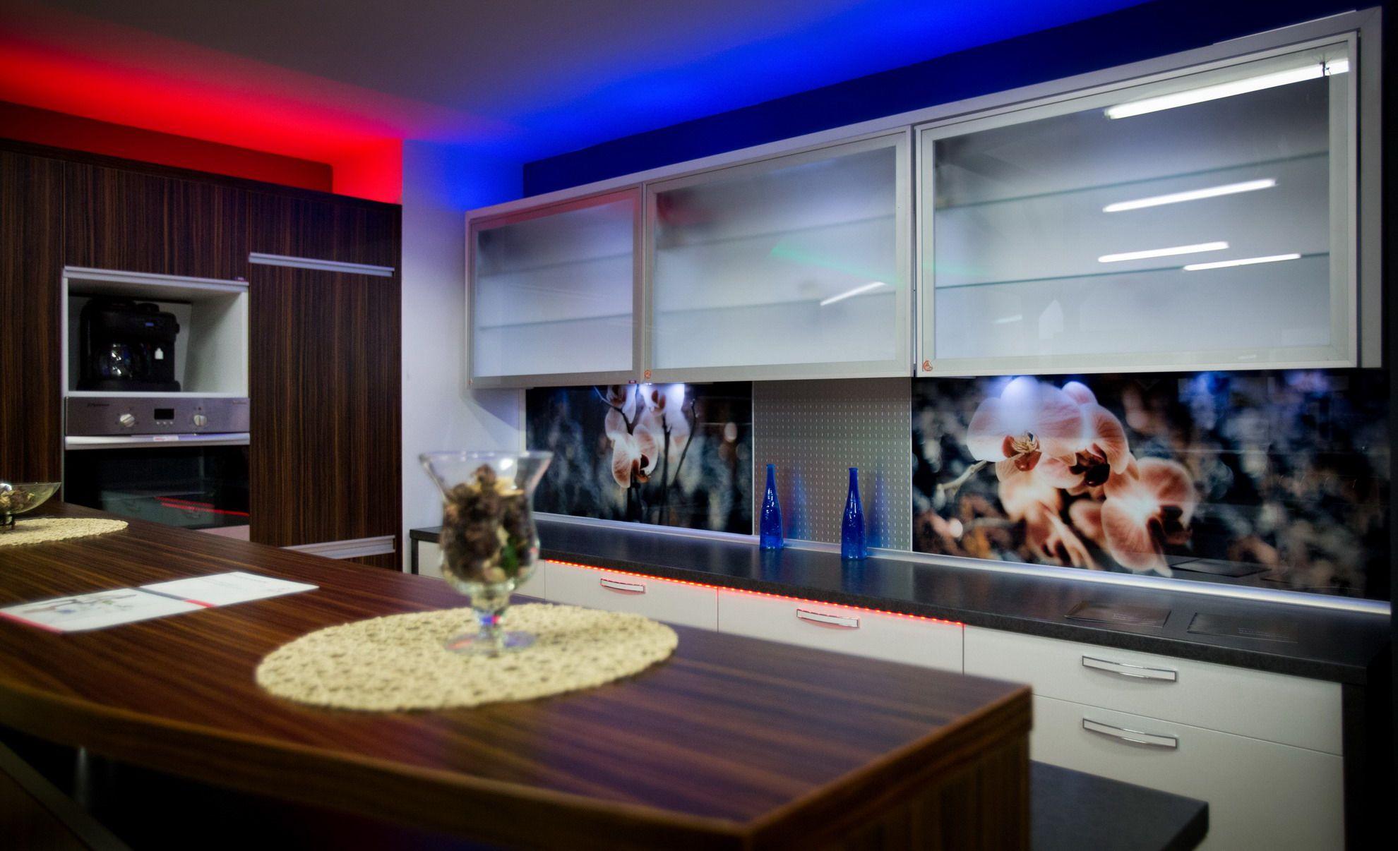 6. Kuchnia z frontami lakierowanymi, drewnopodobnymi oraz szklonymi. + oświetlenie LED