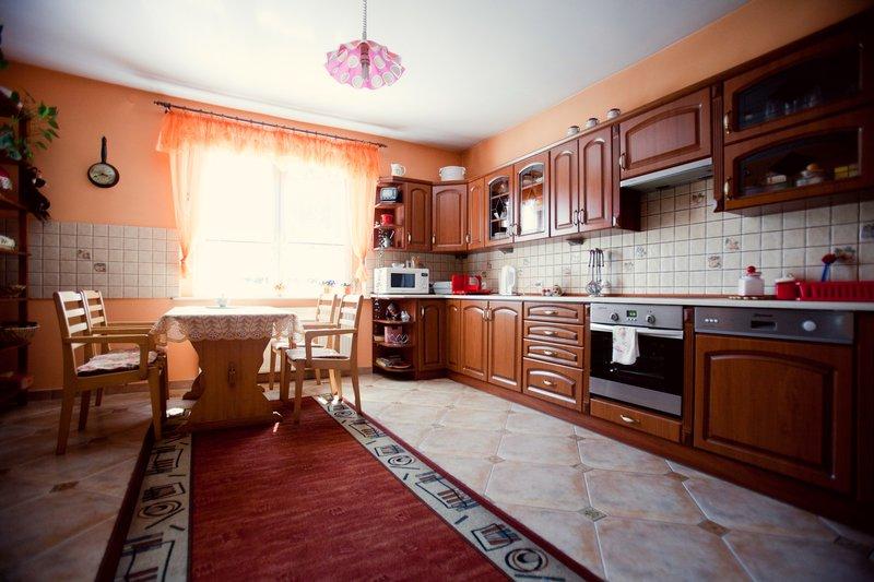 Kuchnia z frontami drewnianymi oraz piekarnikiem zabudowanym (w blacie płyta indukcyjna)