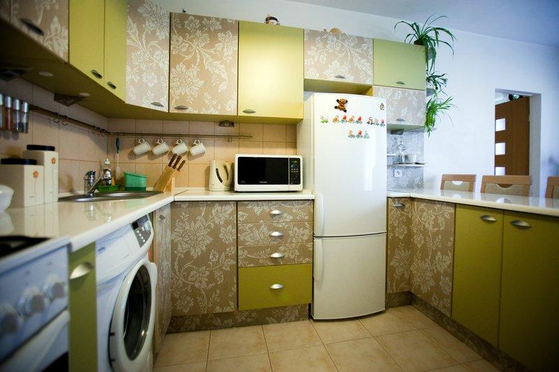 Kuchnia w bloku NRD - szafki narożne + lodówka wkomponowana pomiędzy meblami