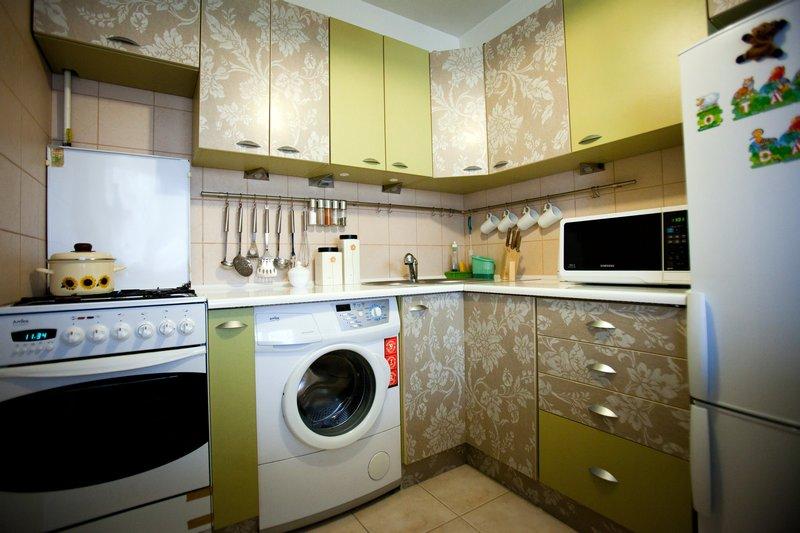 Zabudowa kuchenna w bloku NRD - pralka i kuchenka gazowa w kuchni