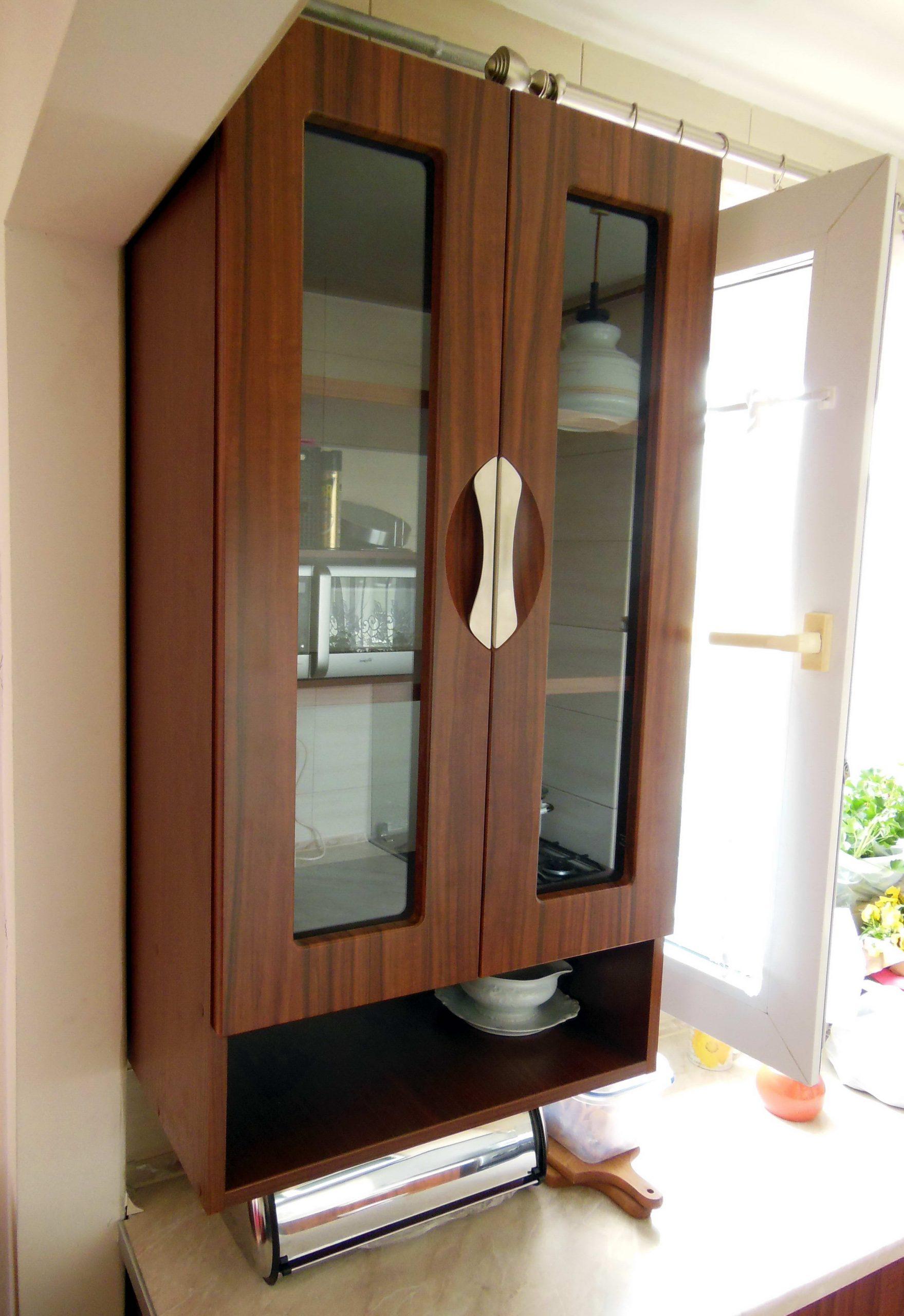 9. Kuchenna szafka wisząca z drzwiczkami szklonymi